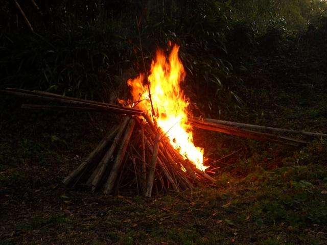 竹を燃やした