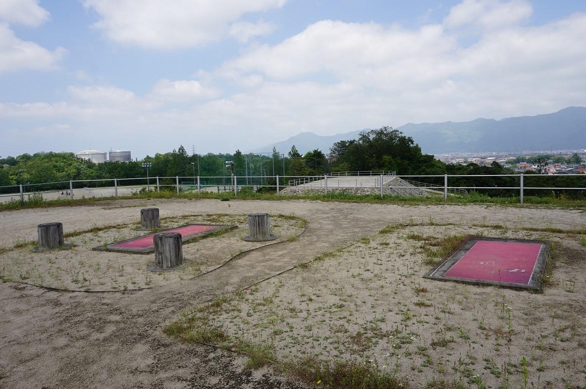 3号墓墳頂主体部と柱穴跡の表示