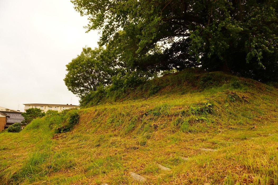 03 大庭鶏塚古墳 墳丘上への上り路