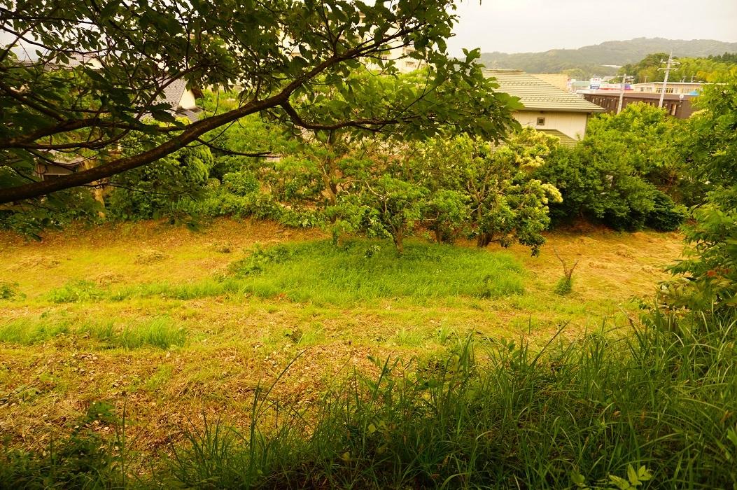 05 大庭鶏塚古墳 墳頂から見た南側造出分?