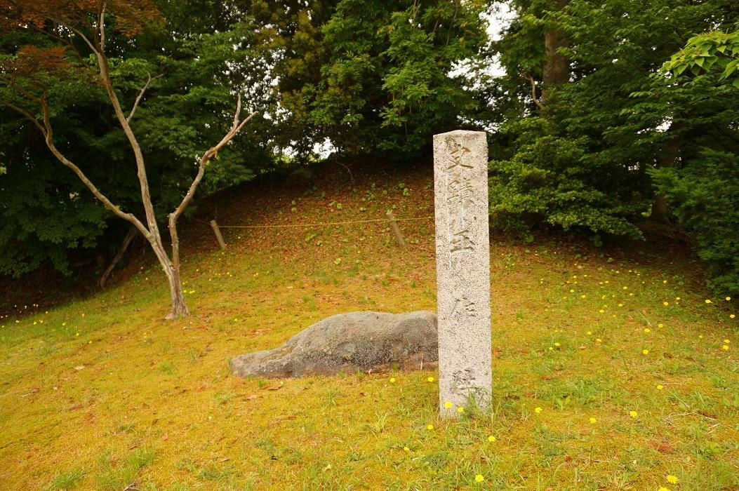 12 史蹟玉作址碑と記加羅志神社跡古墳