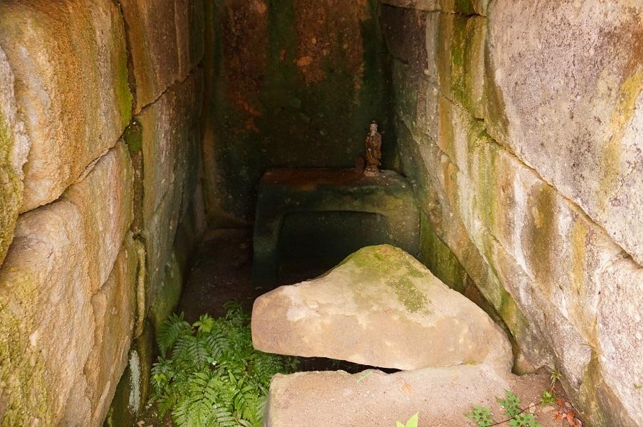 03 塚山古墳石室と家形石棺