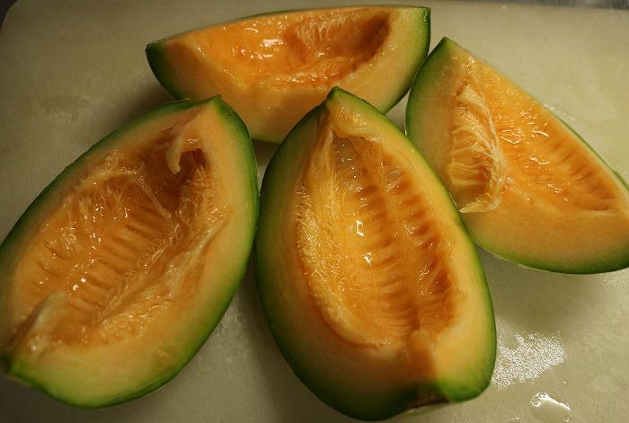 緑のメロンも切ると中がオレンジでした 1 7 17