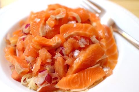 鮭とトマトと赤玉ネギの冷製パスタ