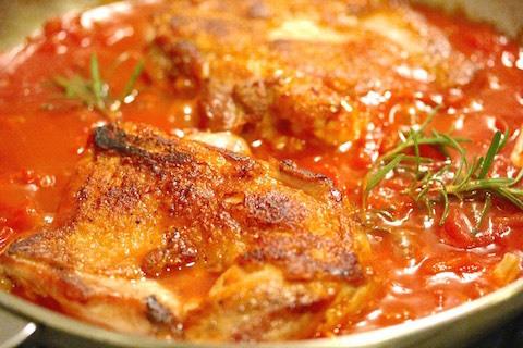 鶏もも肉のステーキをトマトの水煮で煮込む