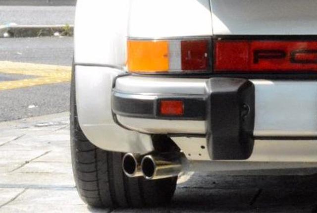ポルシェ 911 ターボ マフラーエンド真後ろ 640×430