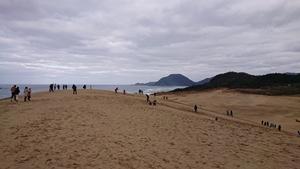 砂丘で遊ぶ人々