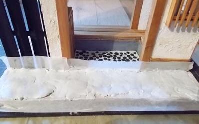 マスキングテープを貼った玄関