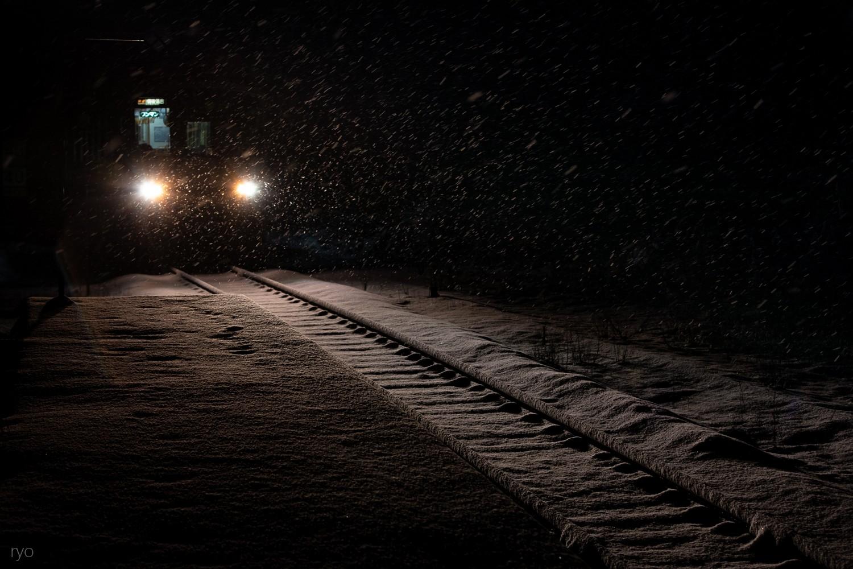 雪降る朝の始発列車_1
