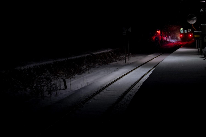 雪降る朝の始発列車_2