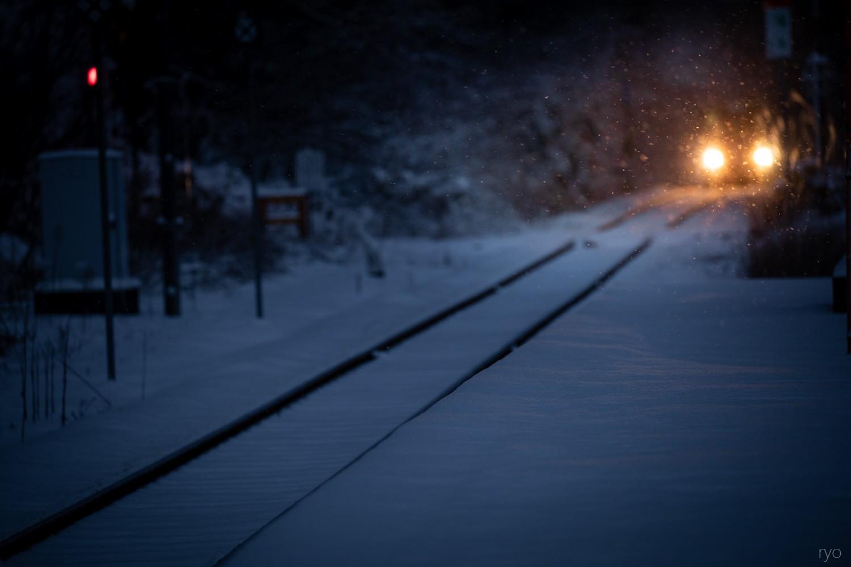 雪降る朝の始発列車_3