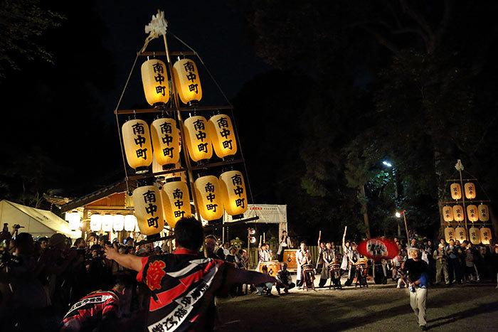 鴨都波神社 ススキ提灯献灯1