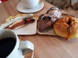 【写真】かさりんごのパンと三舟山珈琲のコーヒー