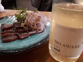 """【写真】ペルポンテの""""カツオのカルパッチョ""""と白ワイン"""