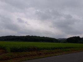 【写真】受付ハウス前から見る三舟山と曇り空