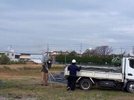 【写真】解体したハウスのパイプをトラックの荷台に運んでいる様子