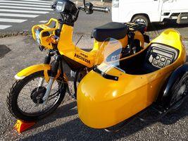 【写真】サイドカー付きの黄色のホンダ・スーパーカブ