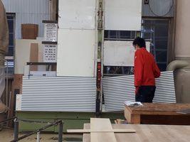 【写真】アランとポールの小屋の屋根になるガルバリウム鋼板をカットしてもらっている様子