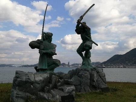 巌流島 武蔵小次郎の像
