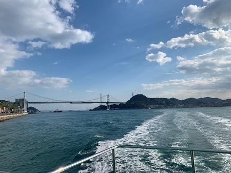 巌流島に向かう船から関門橋