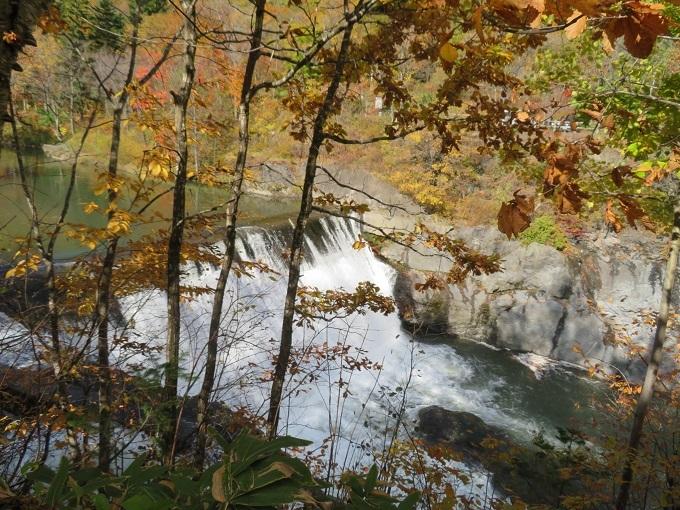 対岸から見る落葉の滝