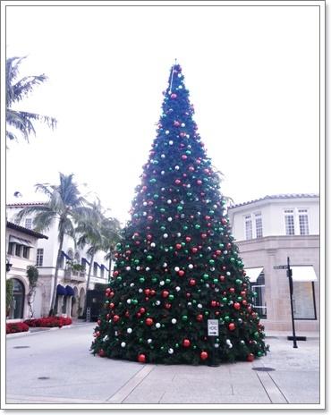 3階ほどあるクリスマスツリー