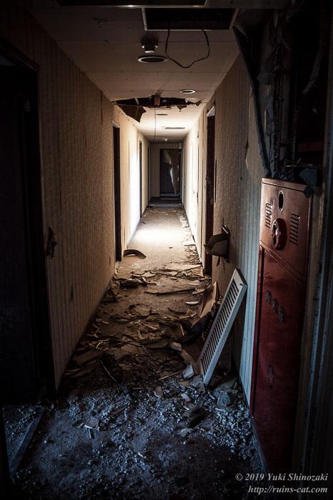 奥へと続いていく暗い廊下