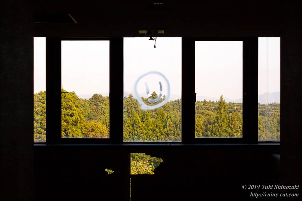 ガラス窓に描かれたニコちゃんマーク