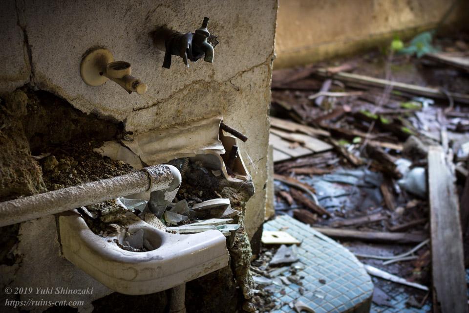 大広間裏の崩壊した洗面台