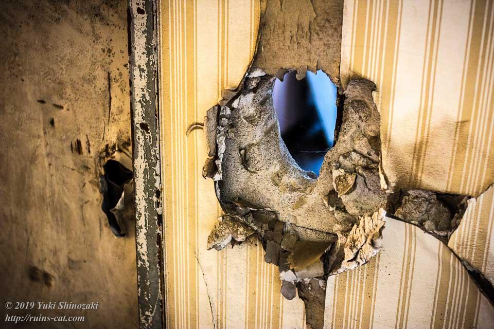 ドアを開ける為に壁にこじ開けられた穴
