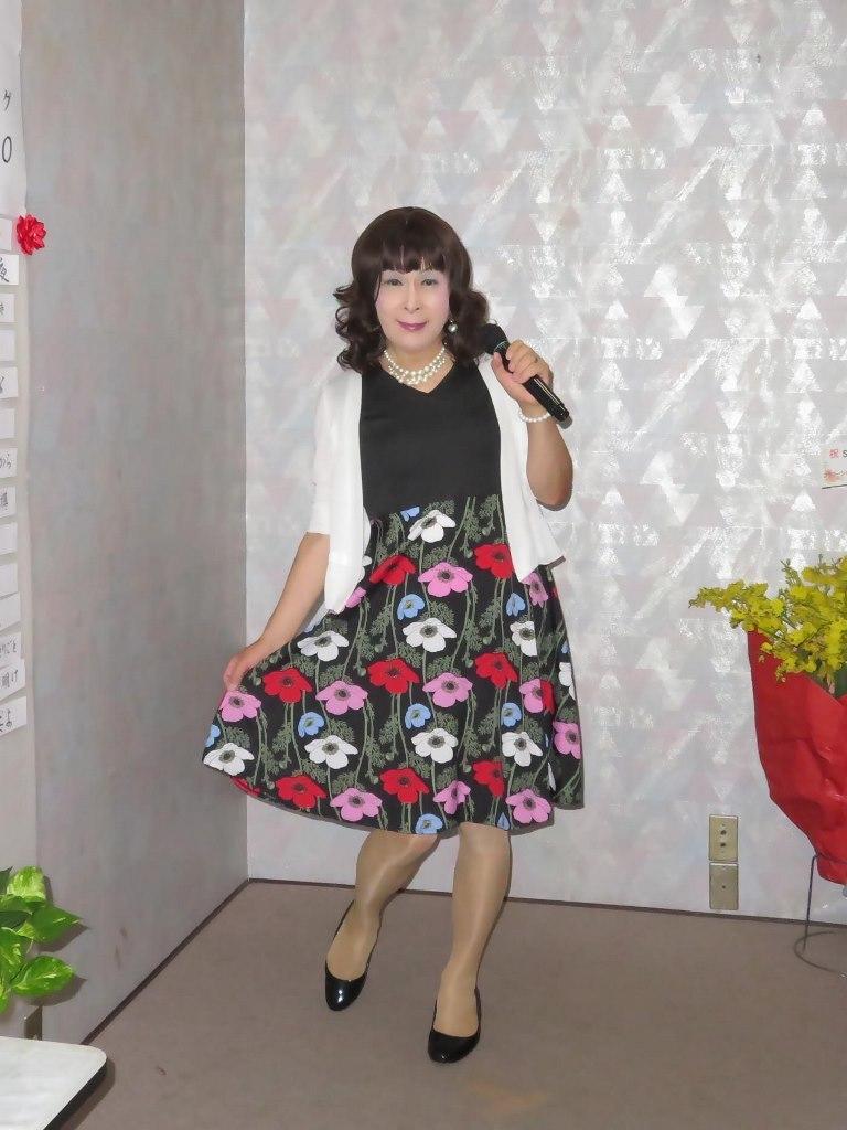 黒地にコスモス柄ワンピカラオケ(1)