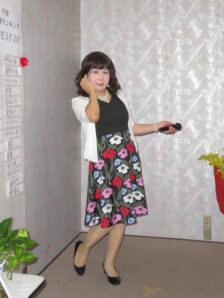 黒地にコスモス柄ワンピカラオケ(2)