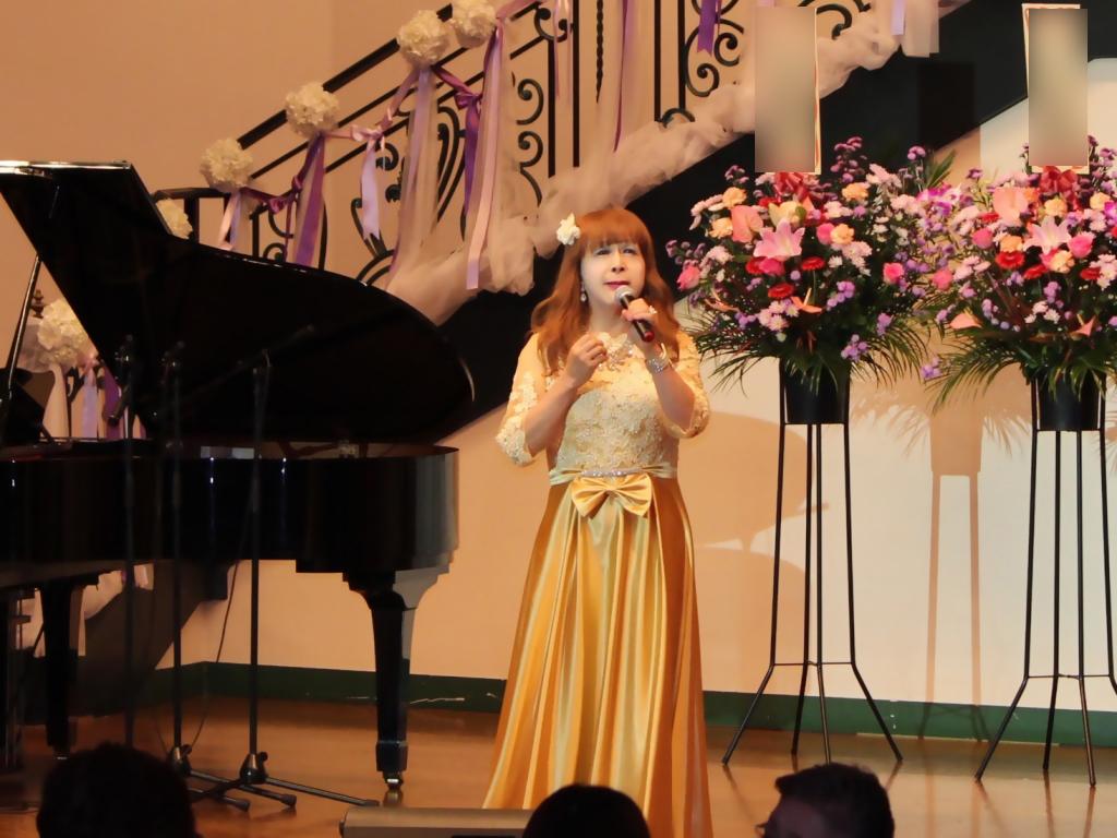 山吹色のドレス舞台横画像(1)