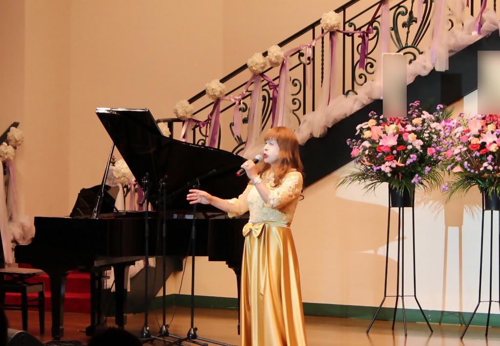 山吹色のドレス舞台横画像(2)