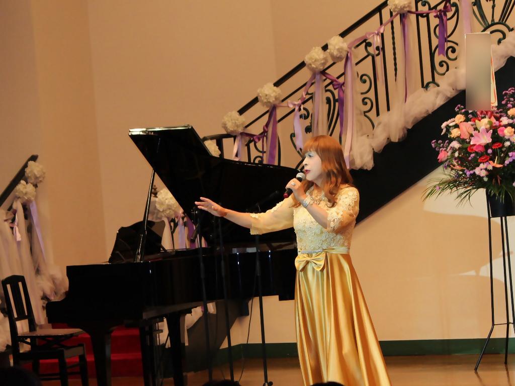 山吹色のドレス舞台横画像(3)