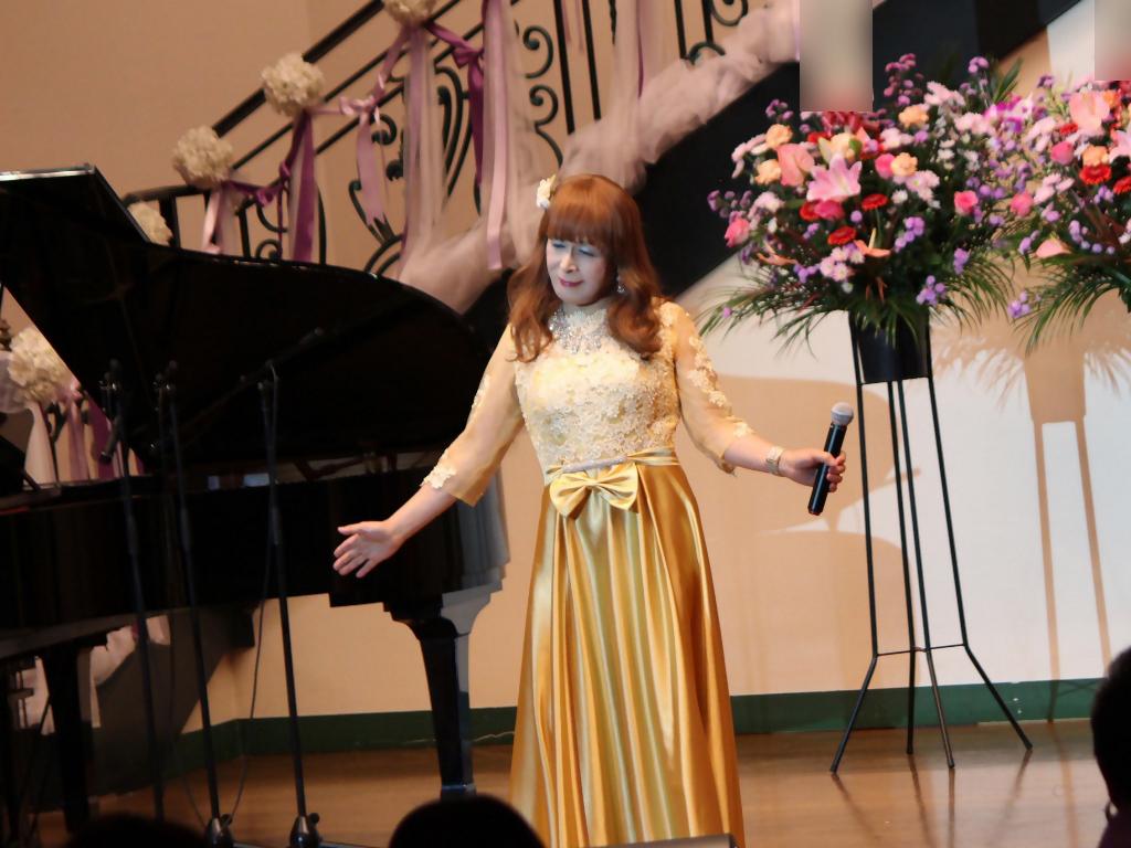 山吹色のドレス舞台横画像(4)