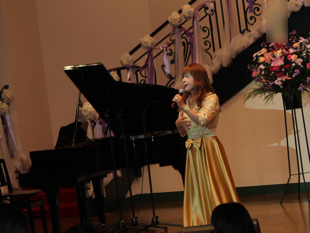 山吹色のドレス舞台横画像(5)
