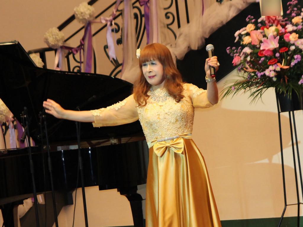 山吹色のドレス舞台横画像(6)
