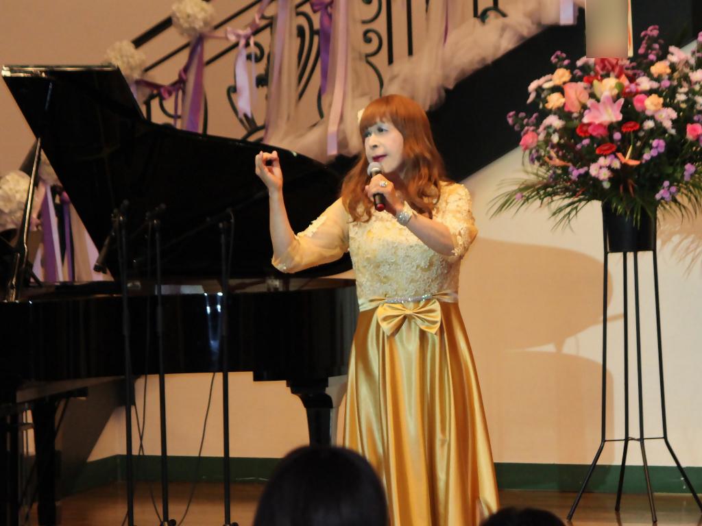 山吹色のドレス舞台横画像(7)
