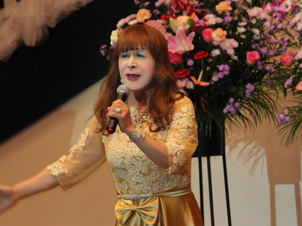 山吹色のドレス舞台横画像(8)