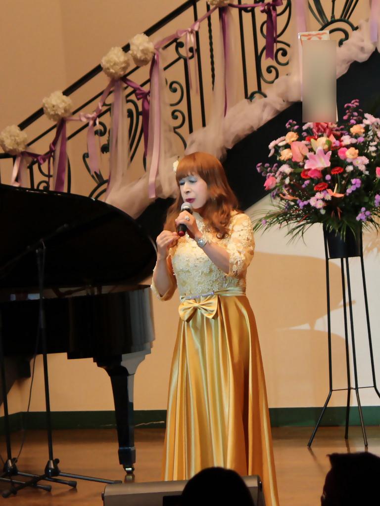 山吹色のドレス舞台縦画像(1)