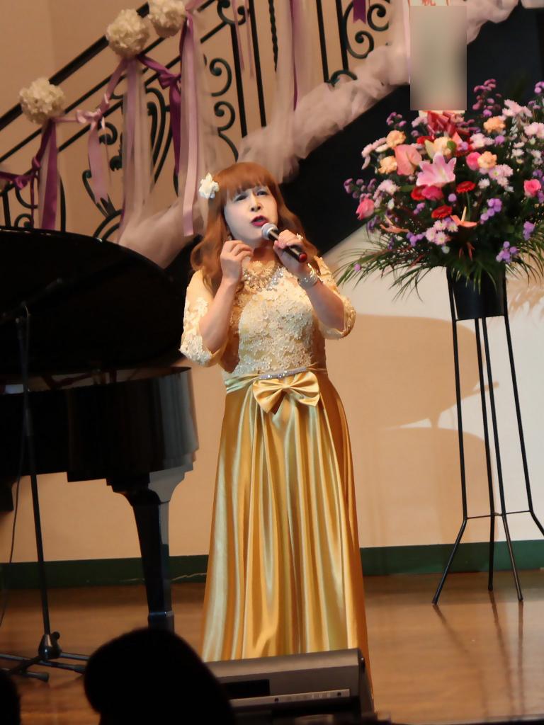 山吹色のドレス舞台縦画像(2)