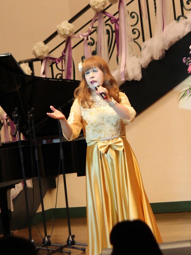 山吹色のドレス舞台縦画像(3)
