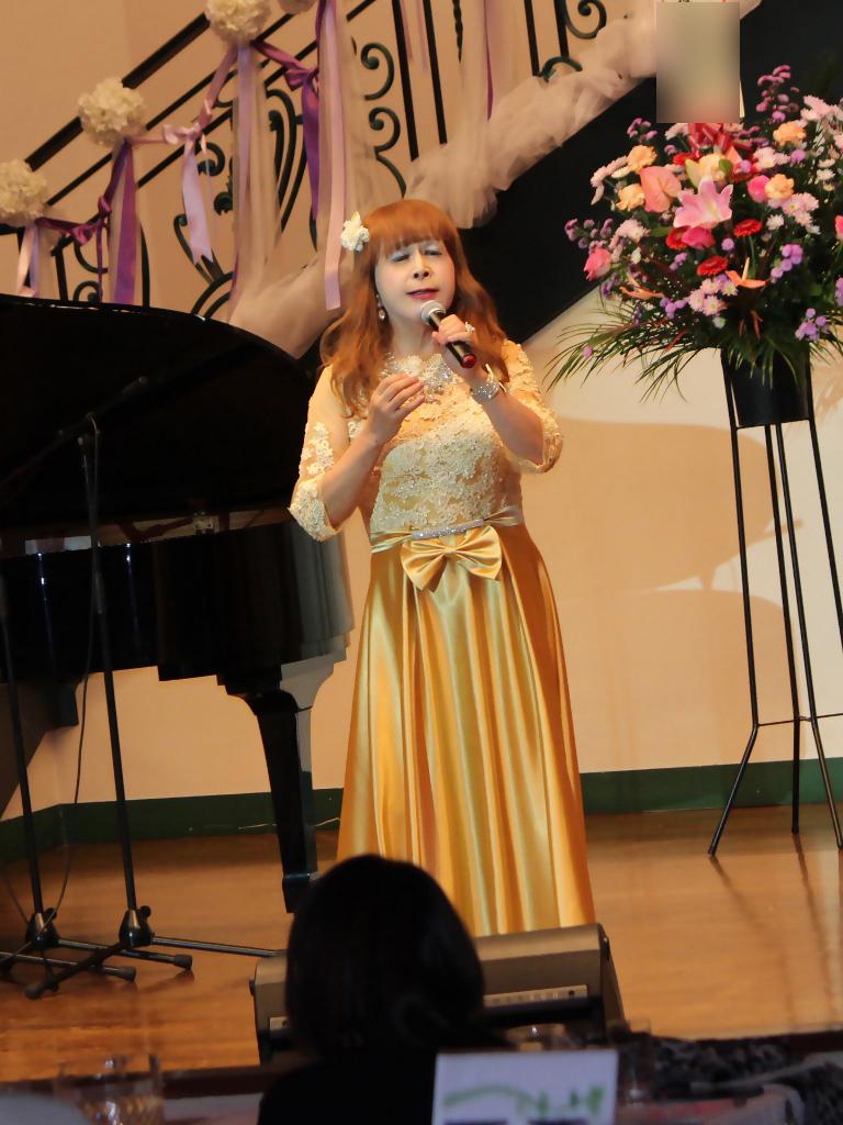 山吹色のドレス舞台縦画像(4)