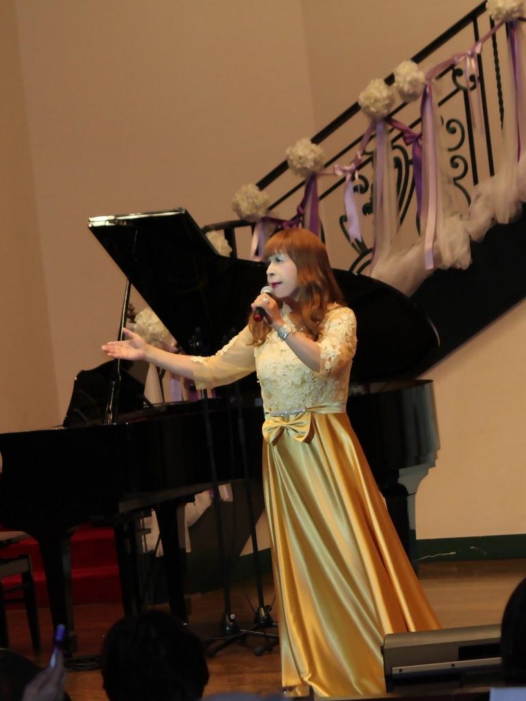 山吹色のドレス舞台縦画像(5)