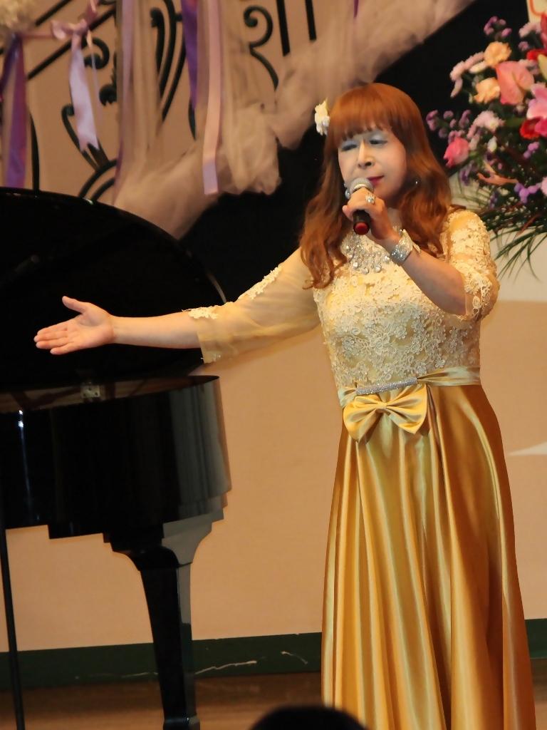 山吹色のドレス舞台縦画像(6)
