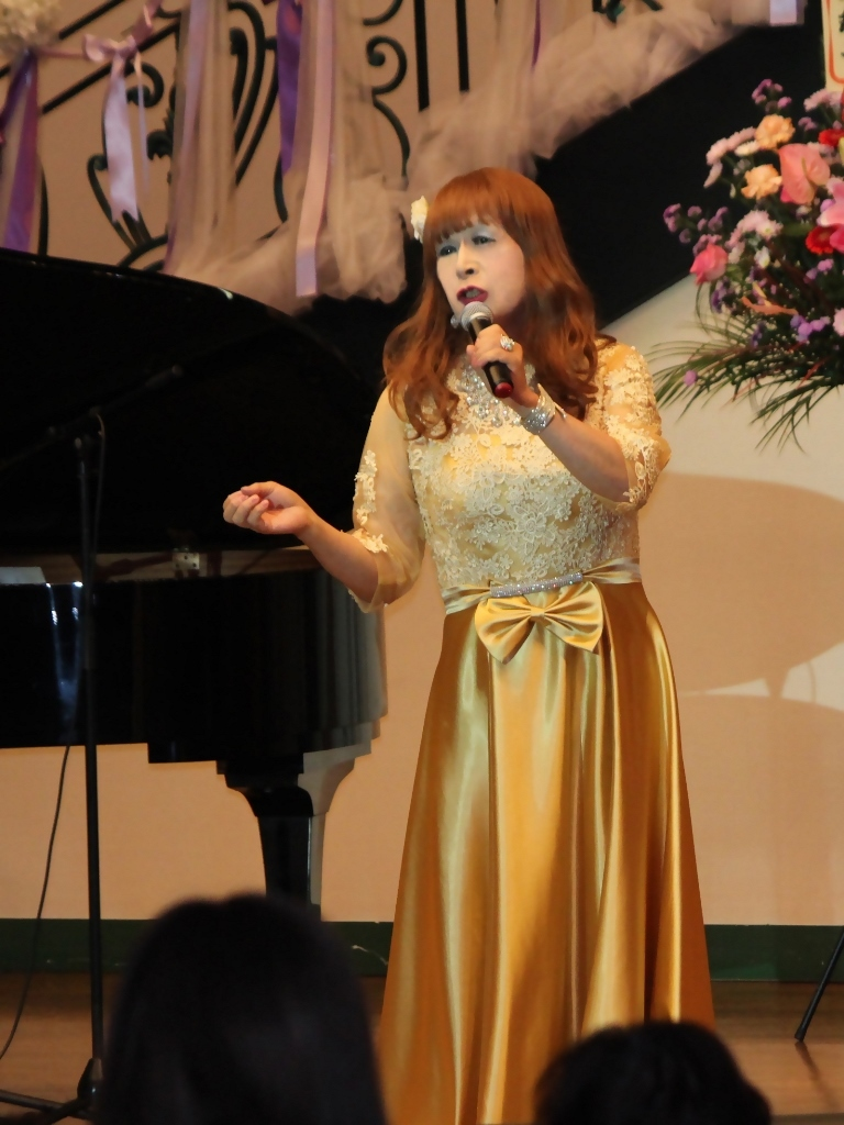 山吹色のドレス舞台縦画像(7)