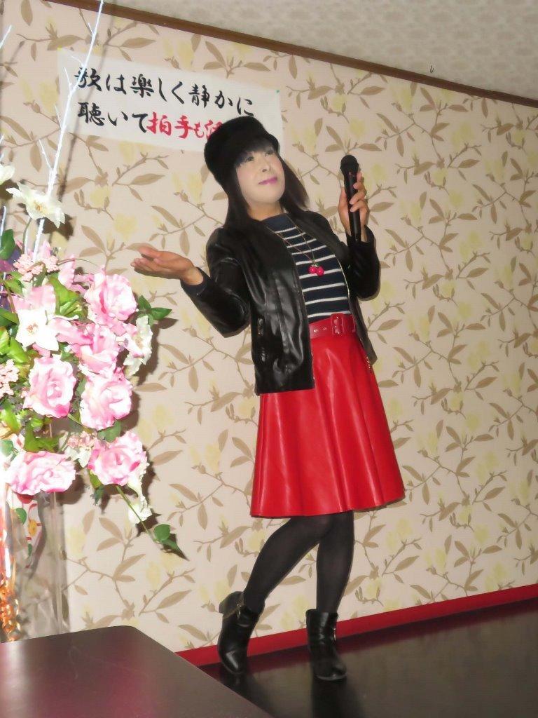 黒レザージャケット赤レザースカ帽子カラオケ(3)