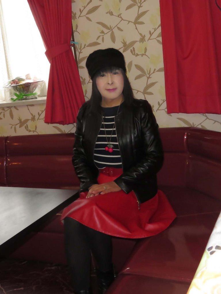 黒レザージャケット赤レザースカ帽子カラオケ(4)
