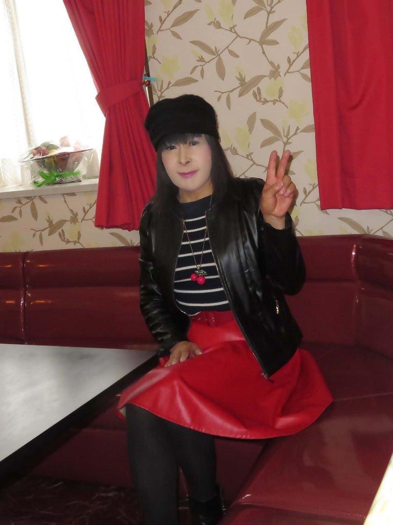 黒レザージャケット赤レザースカ帽子カラオケ(5)